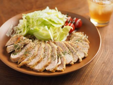 鶏むね肉のマヨネーズ焼き、ローリエパウダーで香りづけ