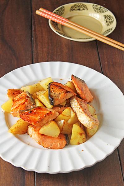 フライパンで簡単お魚料理!鮭とポテトのガーリックめんつゆバター