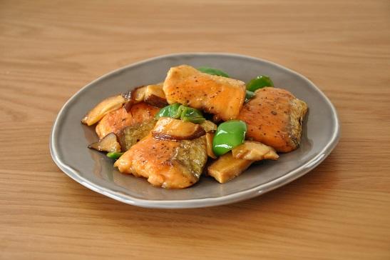 1人分115円調理時間10分ストックおかず♡鮭と野菜のバターしょうゆ焼き
