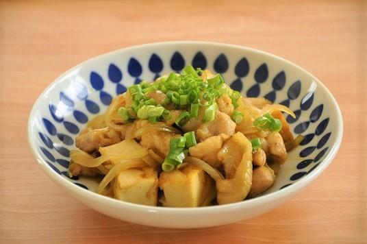 めんつゆがあれば!鶏肉と玉ねぎの和風カレー炒め