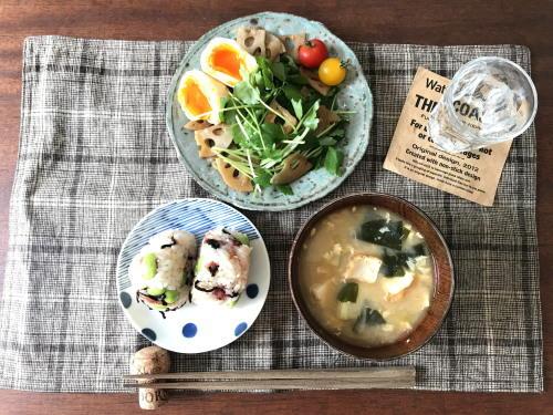 ティッシュ洗濯と、梅昆布枝豆おにぎり、れんこんと三つ葉のサラダ、お味噌汁で朝ごはん