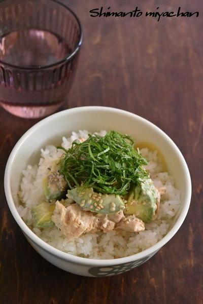 火を使わず簡単!アボカドと鮭缶のレモンマヨソース丼