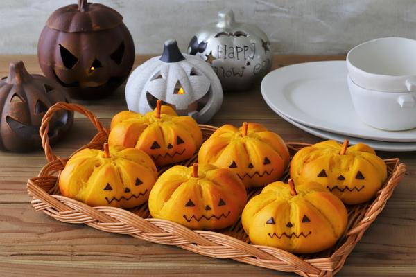 ハロウィンにジャックオランタンのかぼちゃパン
