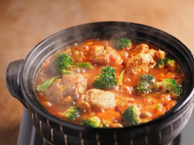 手羽元とブロッコリーのトマト鍋
