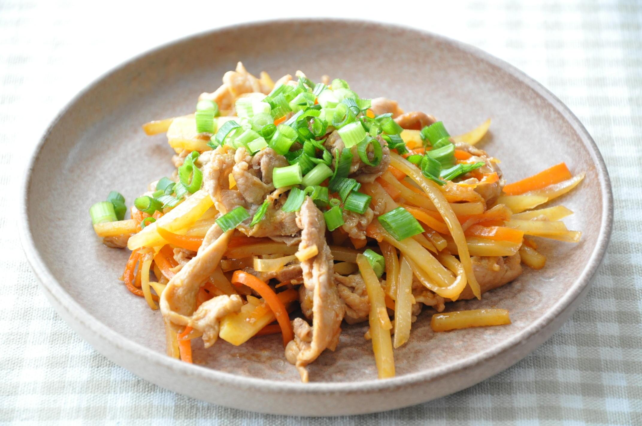 在庫食材を使うおかず【定番食材で作る!豚こまと野菜のピリ辛スタミナ炒め】