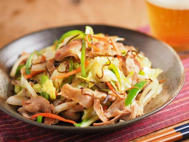 豚ばら肉とキャベツのおかか塩昆布炒め