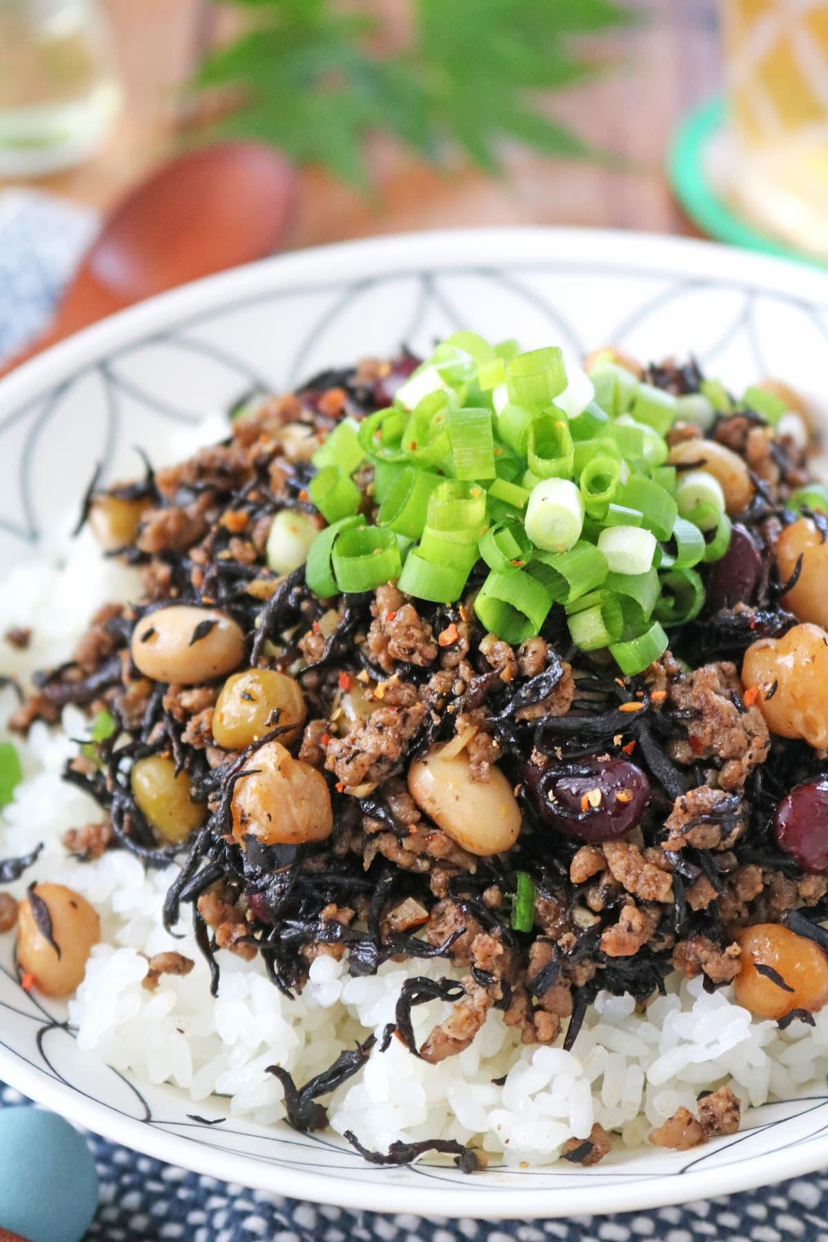 ひき肉とお豆の中華風ひじき炒めどんぶり