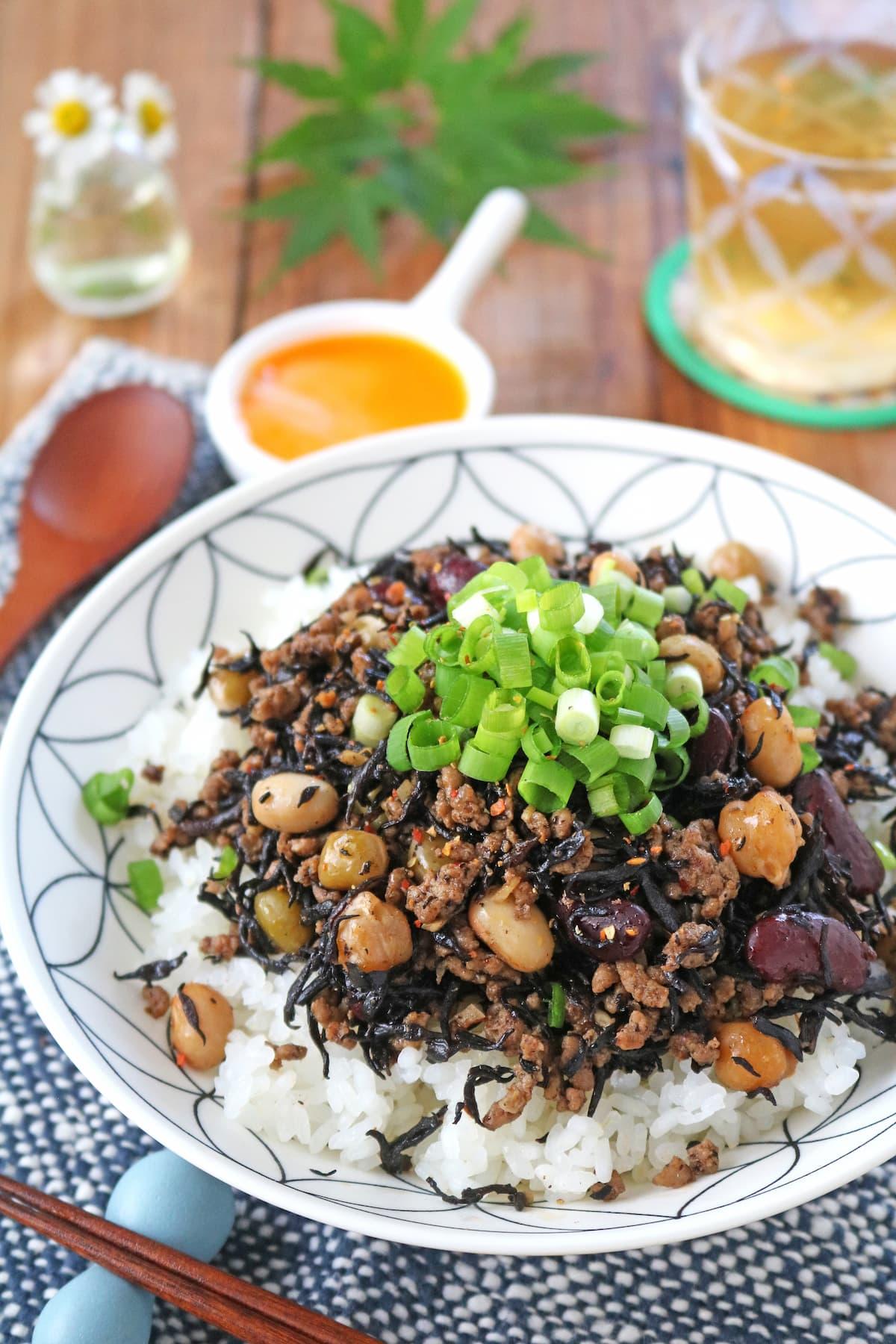 ヘルシーで栄養たっぷり♪「ひき肉とお豆の中華風ひじき炒めどんぶり」