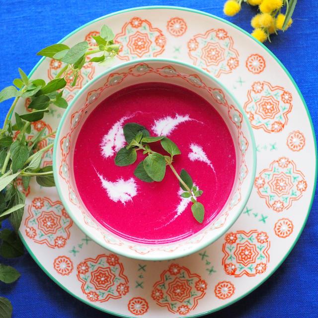 目を見張るカラーに注目!栄養も豊富な「ビーツのスープ」