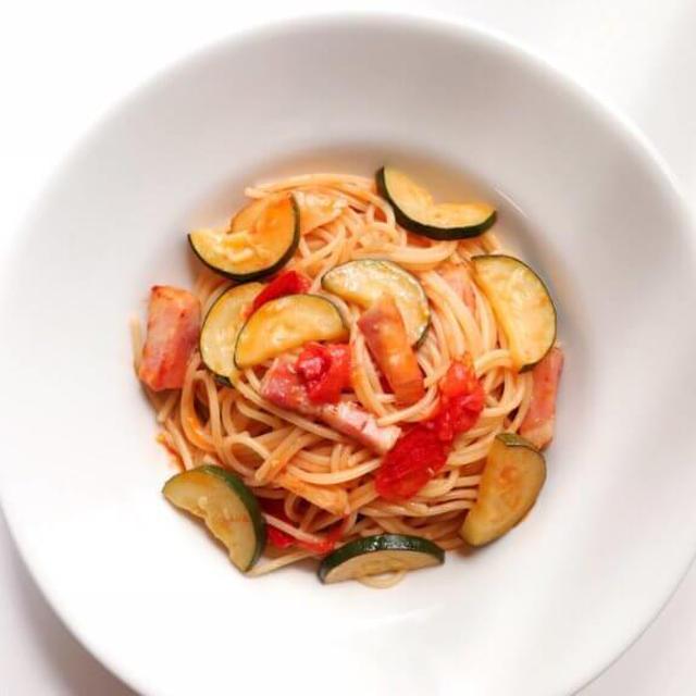 夏にぴったり!「ズッキーニとトマト」のパスタレシピ