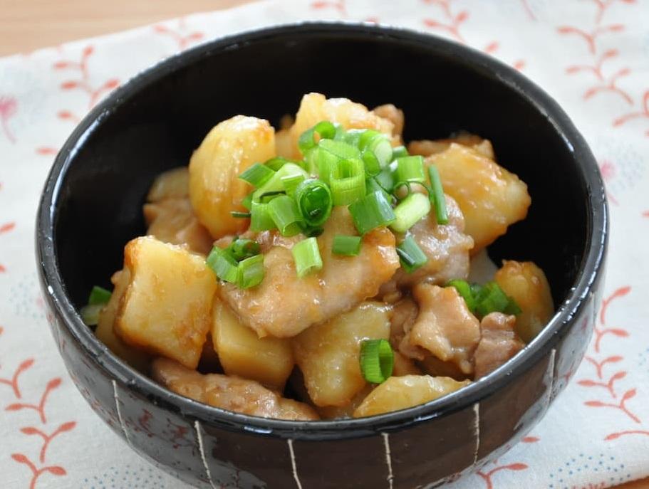 フライパンひとつで♪家族が喜ぶ大満足おかず「じゃがいもと鶏肉の照り煮」