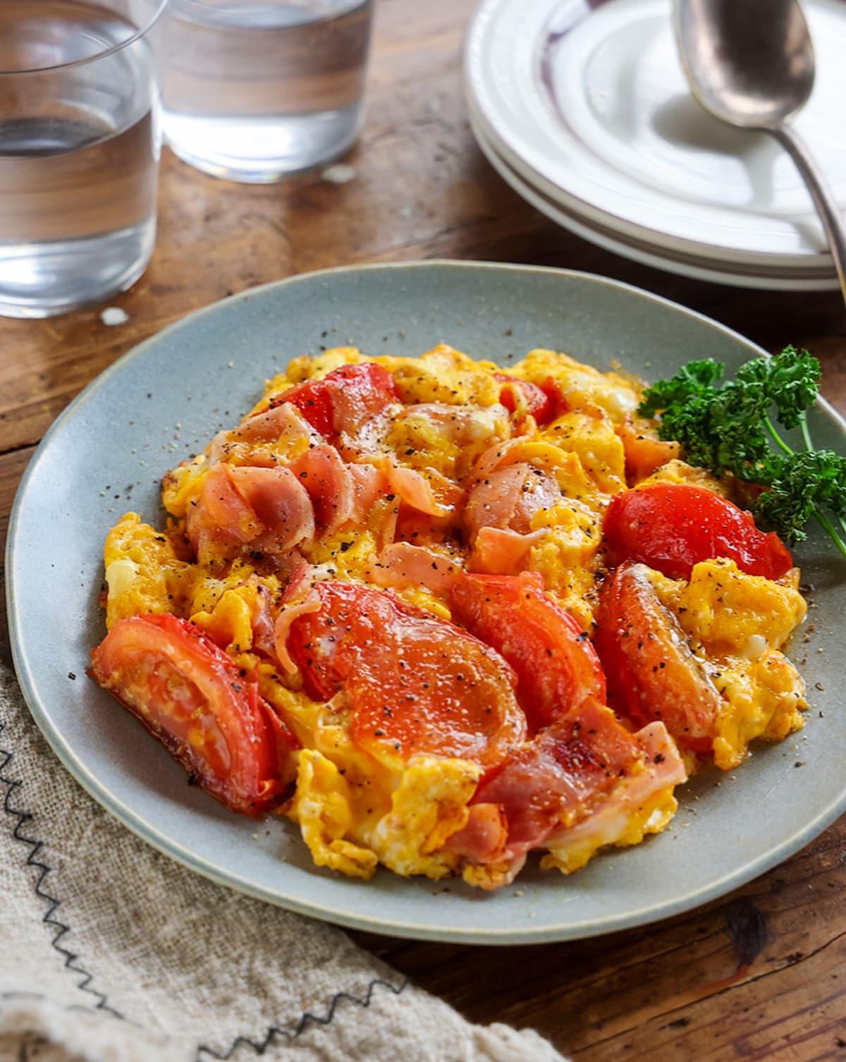 5分で簡単!「トマトとベーコンのふわたま炒め」