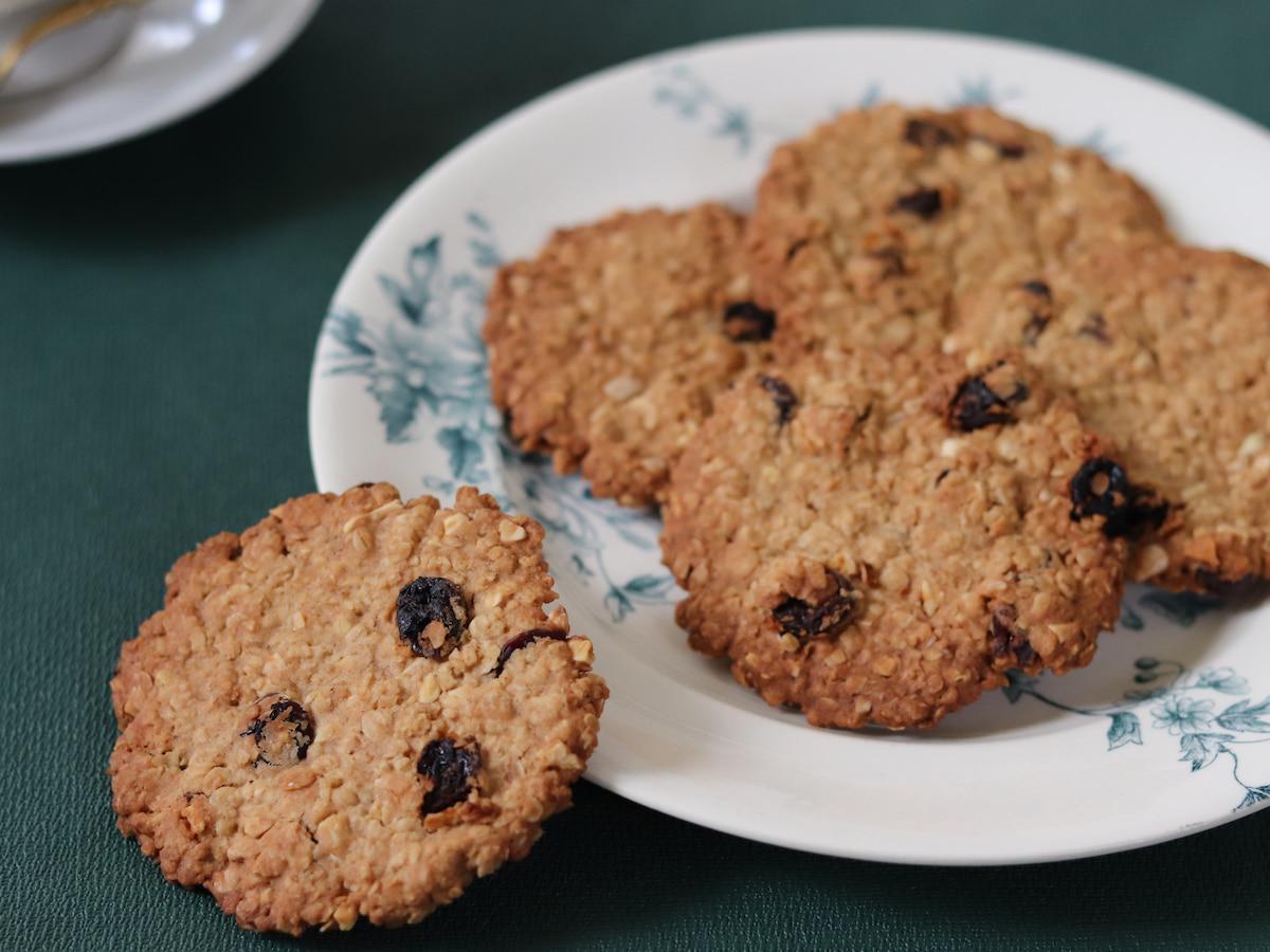 ワンボウルで混ぜて焼くだけ♪ザクザク食感のオートミールクッキー