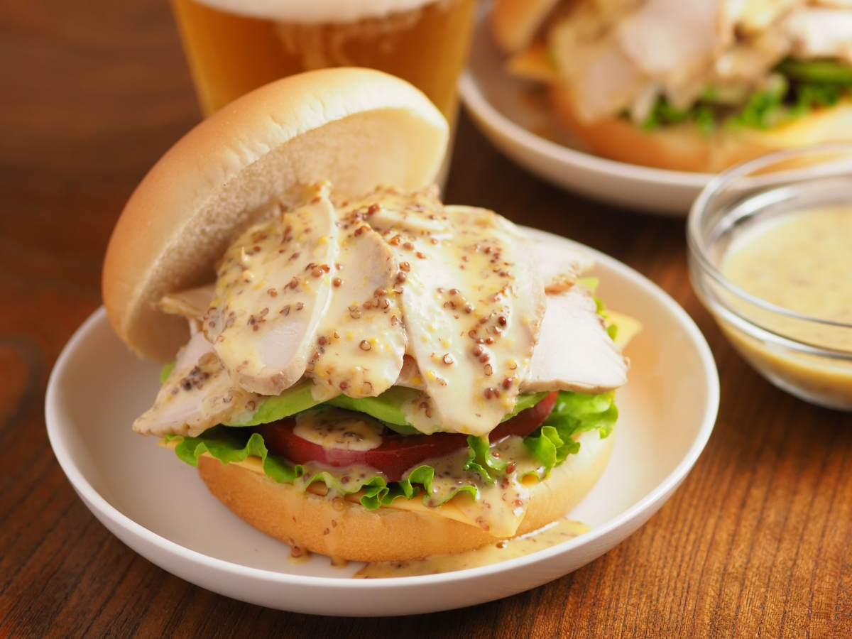 朝食やランチに!「サラダチキンとアボカドのハニーマスタードバーガー」