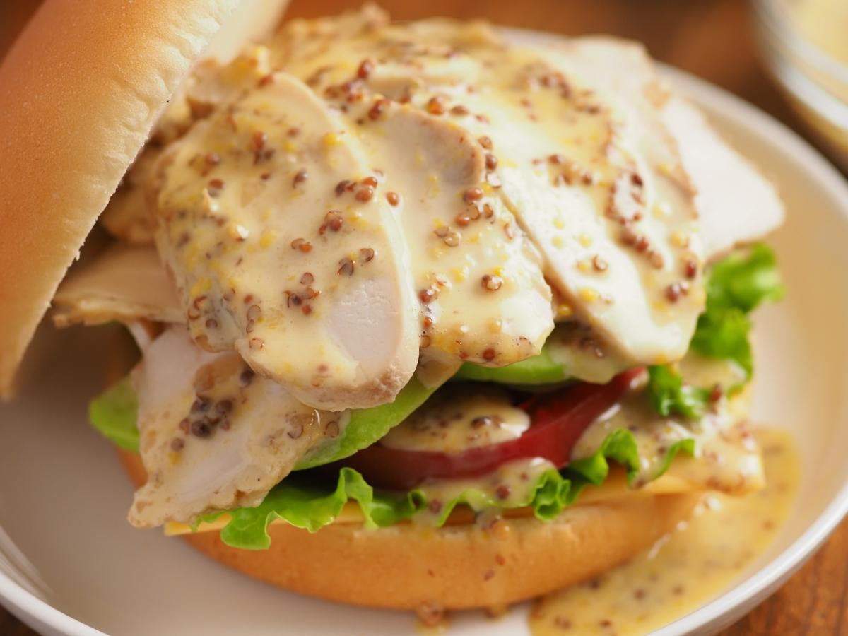 サラダチキンとアボカドのハニーマスタードバーガー