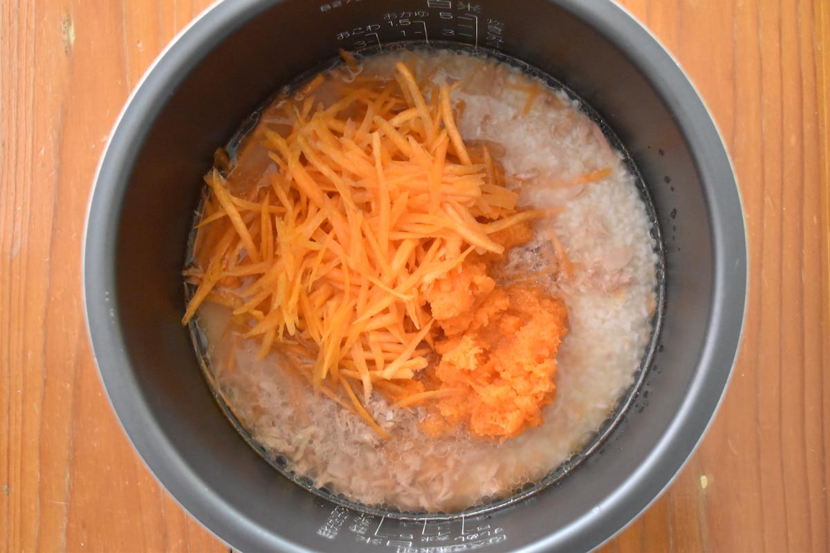炊飯釜に材料を入れる