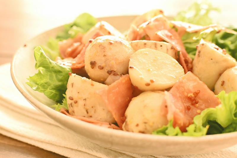 冷える季節も食べやすい!旨味満点「ベーコンのホットサラダ」