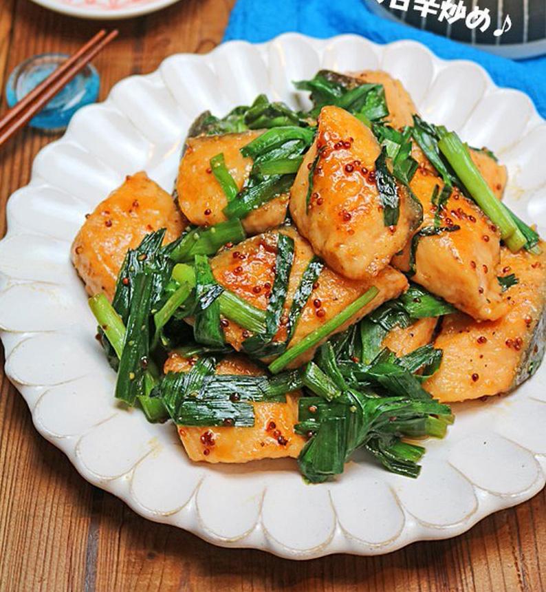 ごはんがモリモリすすむ!「鮭と野菜」のコク旨炒め物